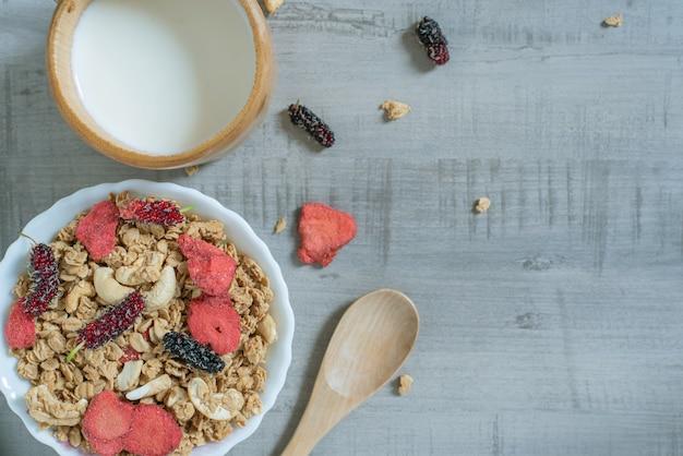 イチゴ、桑の実、アーモンド、ミルクとコーンフレークの平面図