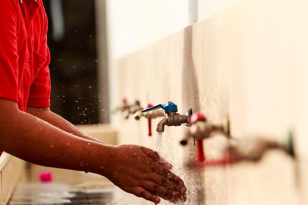 手洗い、子供たちが学校で手を洗う