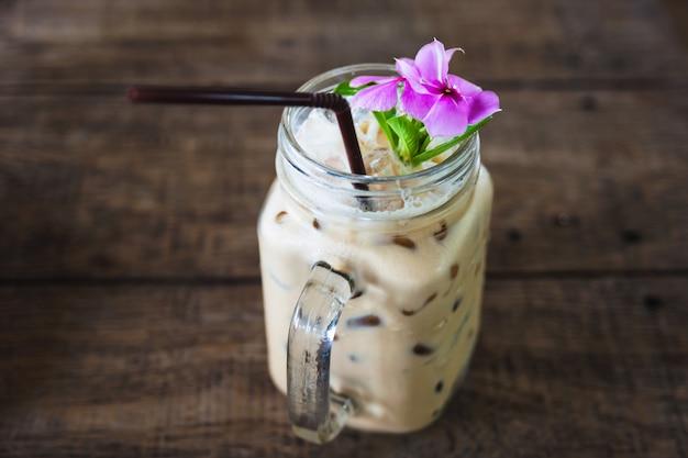 ビンテージの瓶や花の装飾、アイスコーヒー