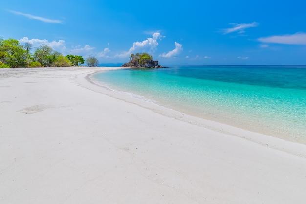 熱帯のビーチの楽園とタイ、サトゥーン県のカイ島の青い空
