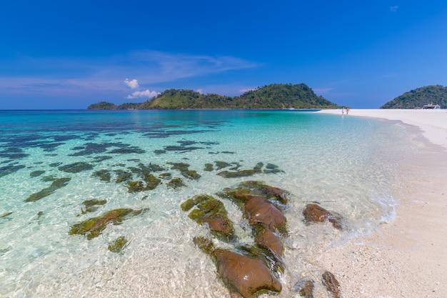 楽園ビーチとタイ、サトゥーン県のカイ島の青い空