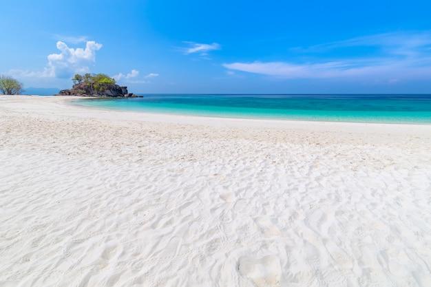 Райский пляж и голубое небо на острове кхай в провинции сатун, таиланд
