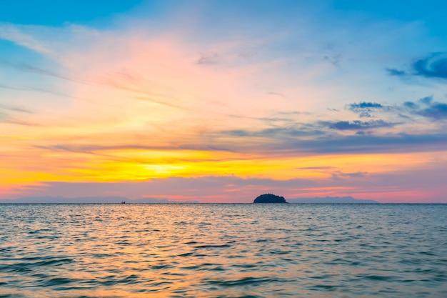 砂のビーチでロングテールボートタイの熱帯の島の朝