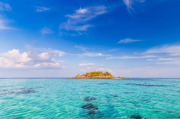 タイの熱帯の海の楽園の島で澄んだ水と美しい空