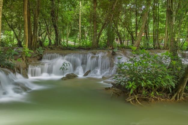 クアーン・スリナガリンド国立公園のフアイ・メイ・カミン・ウォーターフォール