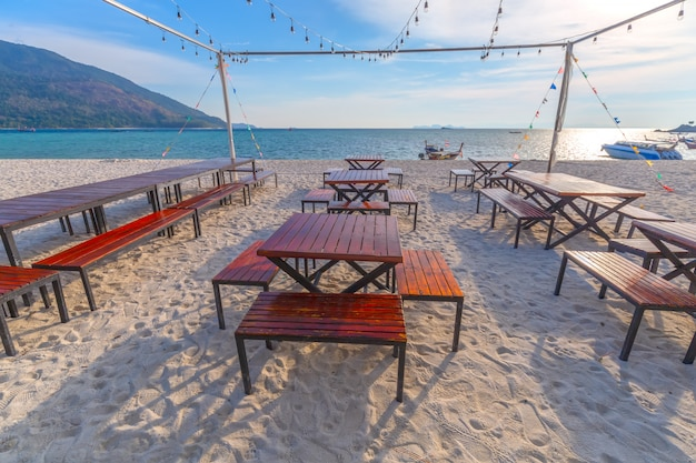 Шезлонги, зонтик и пальмы на прекрасном пляже для отдыха и релаксации на острове ко липе, таиланд
