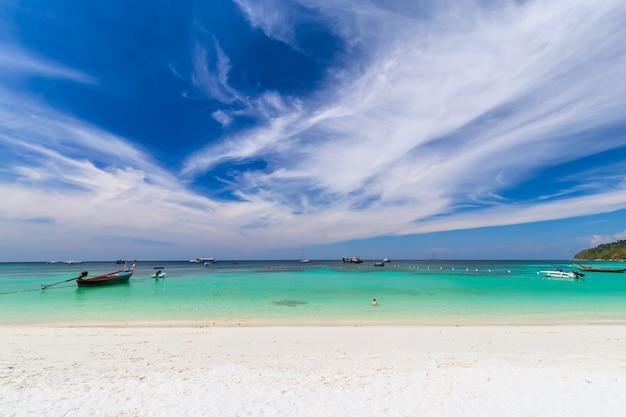 タイの熱帯の海の楽園の島で澄んだ水と青い空