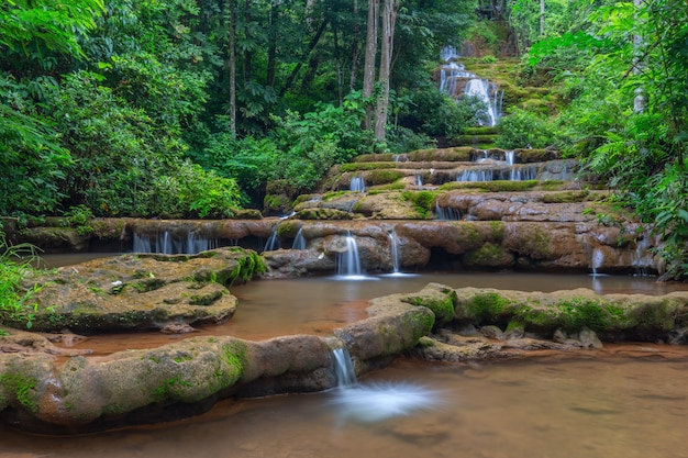 Водопад в тропическом лесу, водопад па вай, провинция так, таиланд