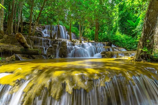 Водопад па вай, красивый водопад в тропическом лесу, провинция так, таиланд