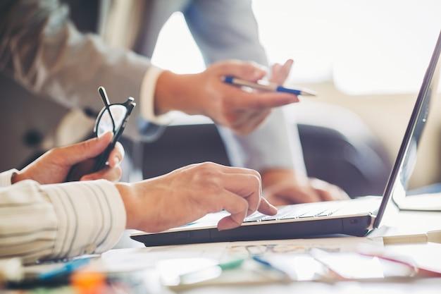 Бизнес-консультант по инвестициям, анализирующий баланс финансового отчета компании с документом