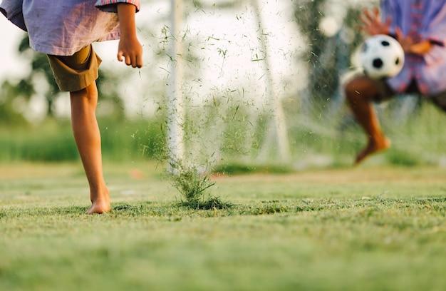 子供が運動のためにサッカーサッカーをする