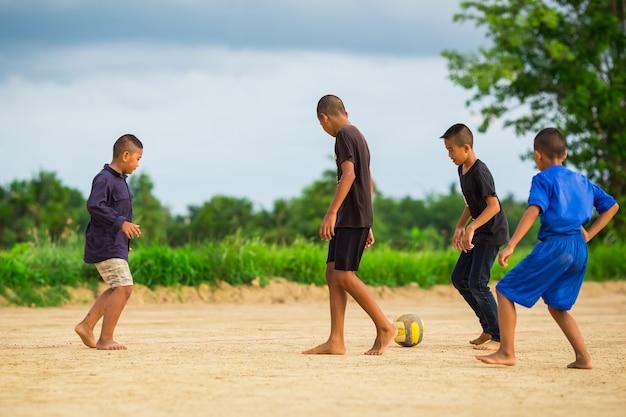 Изображение спортивного действия группы детей, играющих в футбол для тренировки