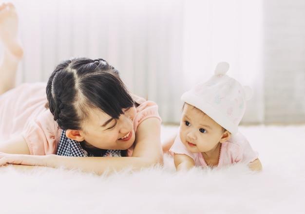 アジアの人々の愛と幸せな家族の肖像画