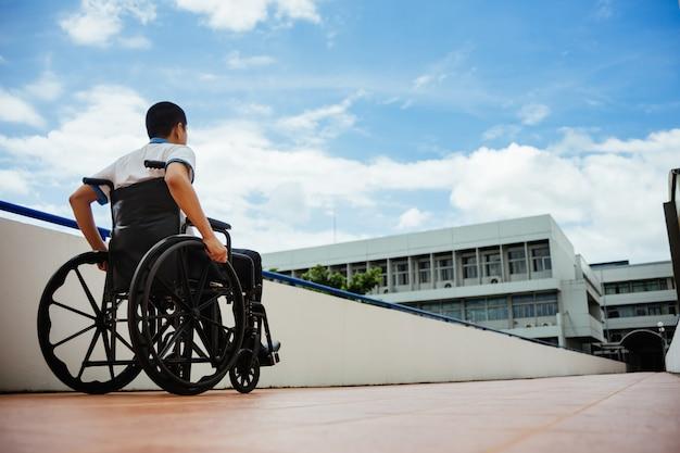 Люди с ограниченными возможностями могут получить доступ в любом месте в общественном месте с инвалидной коляской