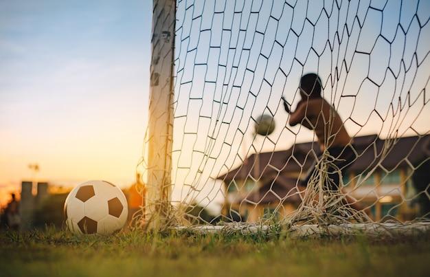 Активный спорт на открытом воздухе разнообразия детей, играющих в футбол футбол для упражнений