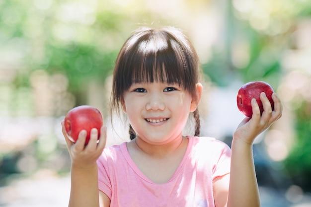 Малыш со свежим яблоком для здоровых витаминов и питания