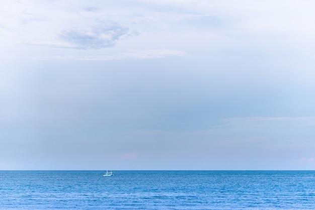 タイの海の上の小さな雲の背景の青い空。