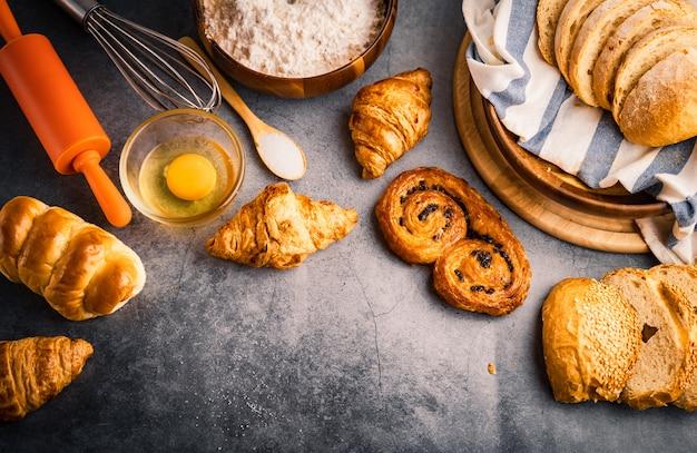 焼きたてのパン、木製のテーブル