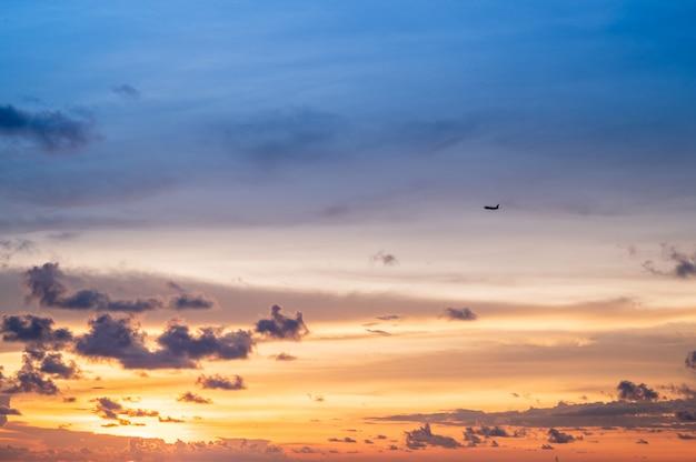 ビーチ、夕焼け空、小さな雲の背景に夕焼け空。