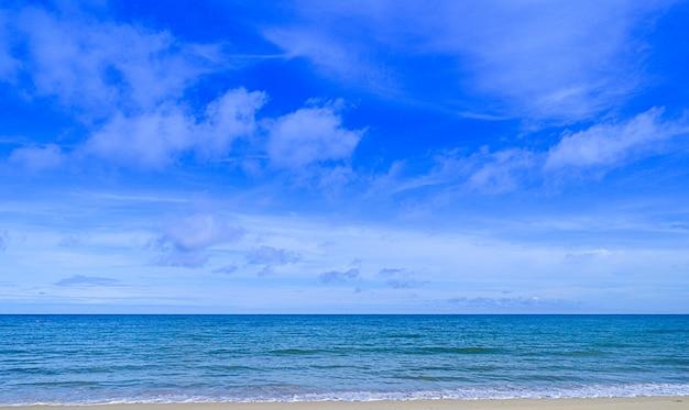 タイの熱帯のビーチ。ビーチの海岸、海と空の景色