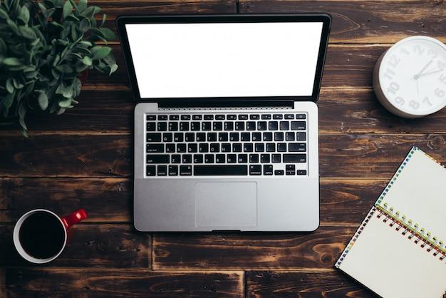 背景コンセプト、ビンテージトーンの銀行画面と木製の机の上のノートパソコン