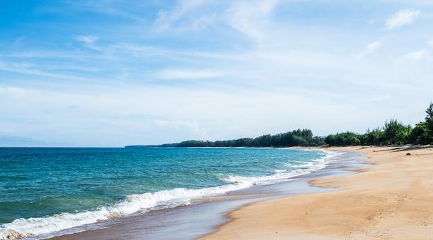夏の青い空の自然とタイのビーチの風景。