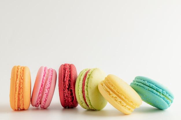 Красочные миндальное печенье на белом столе