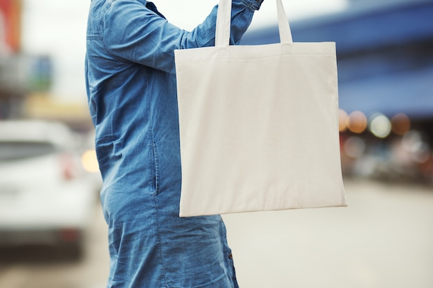 Женщина, держащая хлопок сумка для покупок. эко концепция