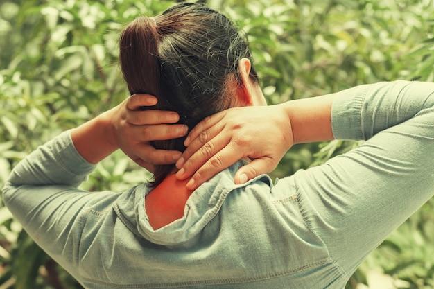 女性の首の痛みを閉じます。コンセプトヘルスケアと医療