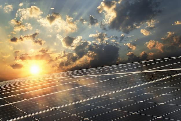 夕日を背景に太陽電池パネル