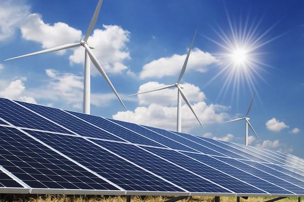 太陽電池パネルと風力タービンの青い空