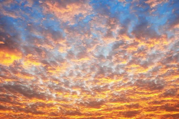 青い空と日の出の雲