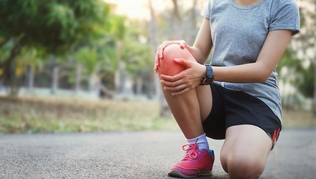 Бегущая женщина с травмой колена и болью
