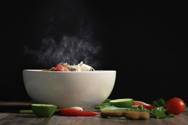 テーブルの背景にタイ料理