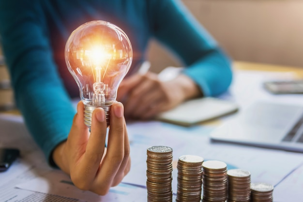 電球を持っている手。革新とインスピレーションを持つアイデアコンセプト