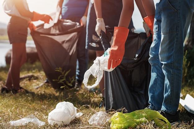 Люди добровольно помогают собирать мусор в парке