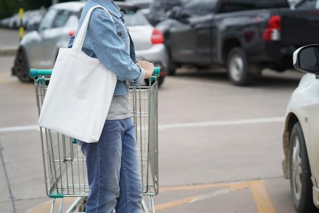 デパートで買い物のための布の袋を持つ女性