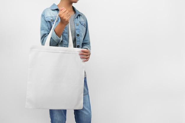 Битник женщина, держащая эко ткань сумка