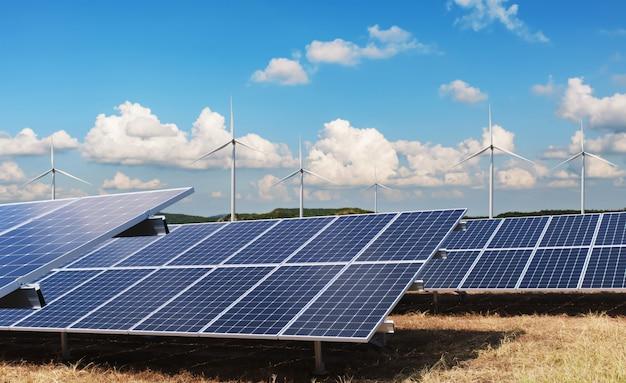 自然界の電力。クリーンエネルギーの概念。タービンと青い空と太陽電池パネル