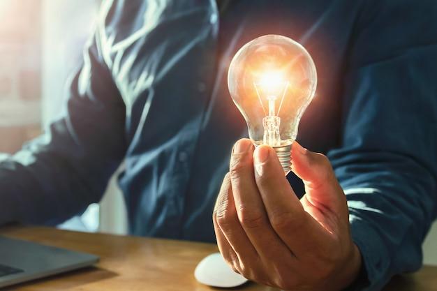 革新とインスピレーションでエネルギーを節約するコンセプト。アイデアエコパワー
