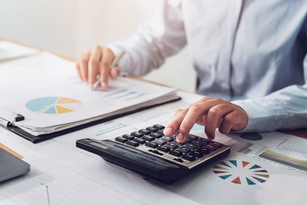 Бизнес женщина, работающая в сфере финансов и бухгалтерского учета анализ финансового бюджета в офисе