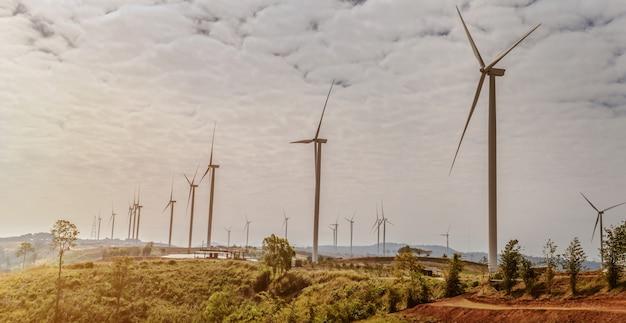 丘の上の風力タービン。自然の中でコンセプトクリーンエネルギー