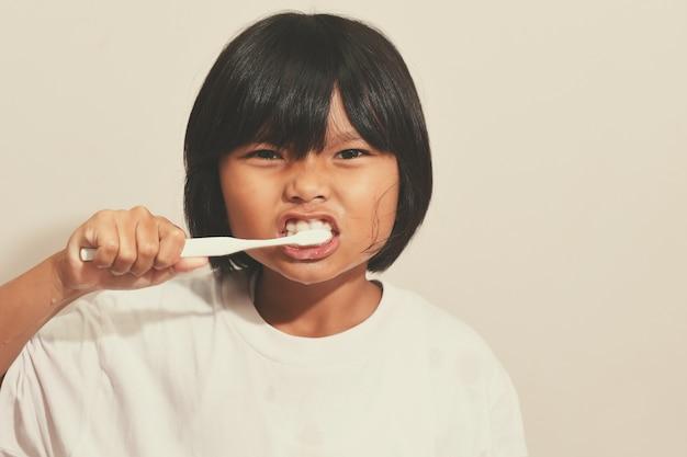 彼女の歯を浴室で磨く少女