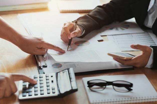 Командная деловая женщина проверки финансового отчета. концепция учета