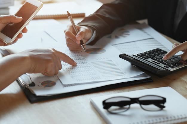 Командная деловая женщина, проверка финансового отчета в офисе. концепция учета