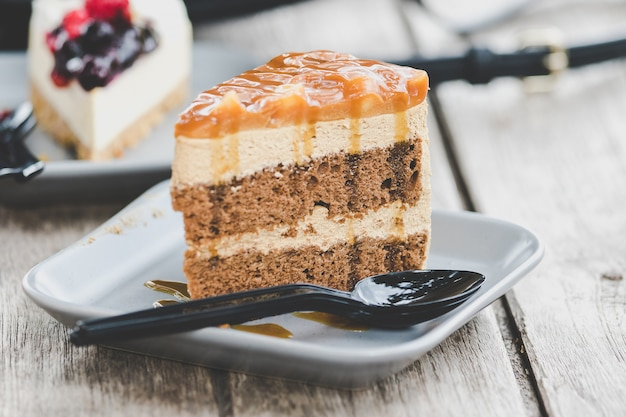Мокко карамельный торт в тарелке на столе