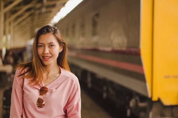 電車で立っている女性