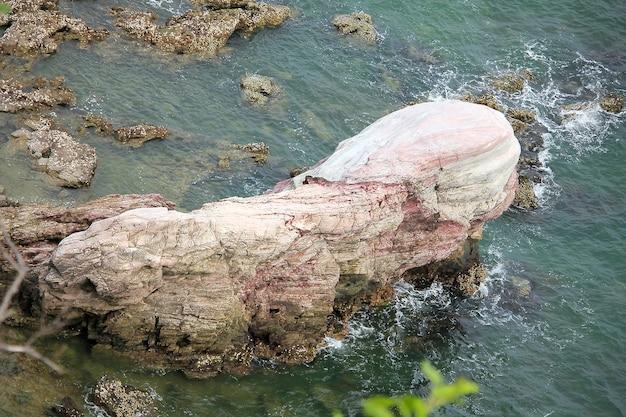 海の真ん中のピンクの石