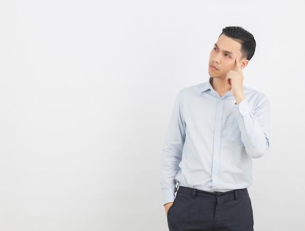 製品またはアイデアを提示する指で指している若いアジア系のビジネスマン
