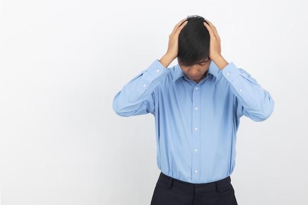 不幸な若いアジアビジネス男と何かに不満。負の表情